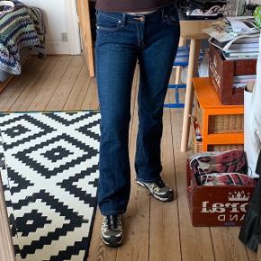 Retro 545 Low Boot Cut Levi's jeans!  Bukserne er low rise og går ud forneden, de fitter ca. en m-38:))  Bukserne er købt vintage men fremstår næsten som nye:)   Søgeord: vintage, Y2K, retro
