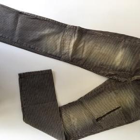 Fede stribede forvaskede jeans fra Malou Sander. Str. 42, men passer også str. 40.