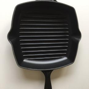 Denne kvadratiske grillpande fra Le Creuset er lavet i støbejern. Den har en indvendig sort emalje, der er specielt fremstillet til madlavning, der kræve høje overfladetemperaturer. Den kvadratiske stegeflade giver mest mulig plads til stegning. Den har integreret hjælpehåndtag som giver en nem og sikker håndtering. Den rillede overflade på panden, giver din bøffer, rejer og grøntsager indbydende grillstriber. Den kan bruges på alle varmekilder inklusiv induktion og tåler desuden også ovn. Den kan gå i opvaskemaskinen som gør rengøringen ligetil.  Giver indbydende grillstriber Integreret hjælpehåndtag Bruges på alle varmekilder