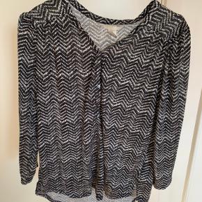 Super fin bluse fra H&M med fine detaljer. Brugt en god del, men stadig i fin stand. Byd meget gerne!! Skriv gerne for flere billeder🌸🌸