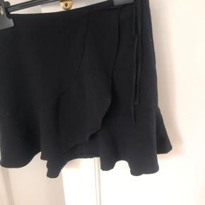 Fin nederdel fra h&m i str 36. Den er som ny i standen. Er åben for bud og sender selv med dao🌿