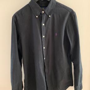 Fed Ralph Lauren skjorte - Slimfit. Den er brugt meget lidt. Vasket én gang.