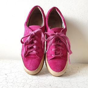 Super søde sko i flot pink ruskind og læder indeni og skind kant rundt om. Blød gummi sål og normal i str. Brugt få gange. Nypris 1300kr