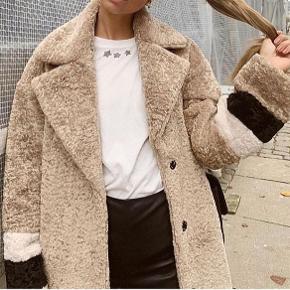 SOLGT!  Fine CPH jakke sælges for 1500kr. Np 2200kr, str. xs men oversized.