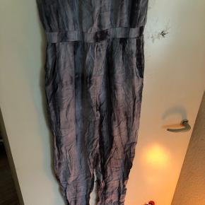 Smuk bukse dragt ☺️  Lommer elastik i livet    Kan ikke længere passe den derfor ingen billeder af den på ☺️   ✨BYD✨