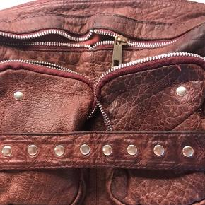 Syning gået op i siden af den ene lynlåslomme, ses faktisk ikke, men kan syes hos skomager tasken trænger ligeledes til læderfedt. Ellers fremstår tasken i god stand! Farve på tasken er mørk bordeaux rød. Fast pris.