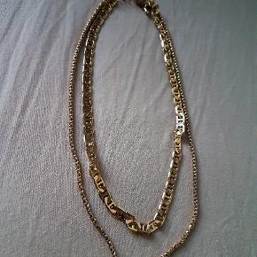 Halskæden er to kæder der hænger sammen som én.