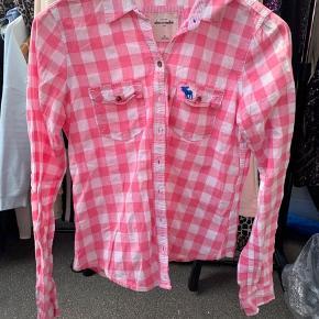 Abercrombie and fitch skjorte, dårligt brugt, svarer til en S. fejler ingen ting. BYD gerne, køber betaler fragt hvis de skal sendes