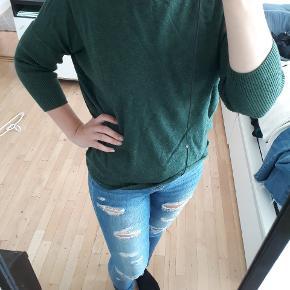Fin sweater fra Saint Tropez med trekvart lange ærmer 🌸 Jeg har brugt den som oversized, og den kan passes af alle størrelser 🙌