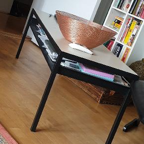Sælges billigt, næsten ny Metal bord med vendbar træplade, så den også kan være sort