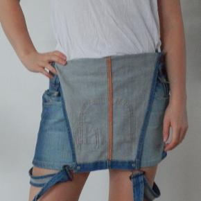 Denim / cowboy kjole der også man bruges som nederdel med seler hængende. Smækkjole. I rigtig fin stand.