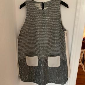 Fin kjole fra By Malene Birger - har selv købt den brugt med skade bagpå. Kjolen er desværre for stor. Skade kan rettes har en skrædder givet tilsagn omkring.  Sælges billigt pga skaden   Style: Gojai