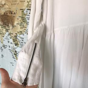 Hvid enkel og løs kjole, skøn til varme sommerdage eller ud over et par jeans.
