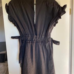 Kjole med bindebånd i siderne. Fin stand og næsten som ny.