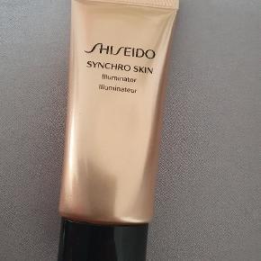 Shiseido Synchro Skin Illuminator - Pure Gold  Har brugt den et par gange, men kan desværre ikke tåle den. Den er vildt flot.  Shiseido Synchro Skin Illuminator - Pure Gold er en fantastisk og super smuk highlighter til ansigtet. Pure Gold har en gylden tone. Denne lette vandbaseret creme er nem, at påføre og giver øjeblikkelig lys samt glød til ansigtet. Mix den sammen med fugtighedscremen, i din foundation, i din farvet dagcreme eller lignende og få en så smuk og sund hud med den flotteste udstråling. Den kan også anvendes partielt hvor du ønsker, at fremhæve samt skabe lys f.eks. under brynene, langs kindbenene eller på læberne.