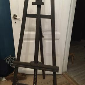 Akademistaffeli stort sortmalet staffeli indstilleligt i højden. Pæn brugtstand. 300kr Kan hentes kbh v