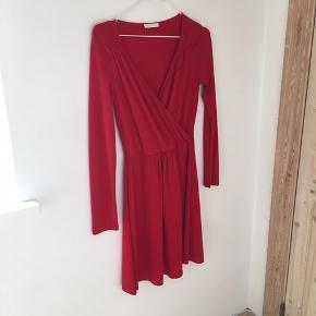 Lækker kjole fra Promod 🌸🌸  Syningen er gået op et par steder i kjolen, men det kan nemt fikses. Derudover har der tidligere hørt et bælte til kjole, som jeg ikke har mere. Derfor den lave pris ☺️