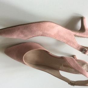 Fine sling back med lav stilet hæl. Brugt til fest to gange. Sendes med DAO. Porto 38 kr.