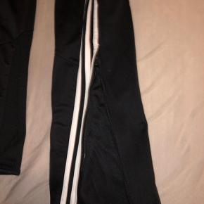 Adidas bukser  Størrelse 13-14 år Ville sige det er en small Er ikke sikker på hvad de har kostet men ca. omkring de 200-250kr