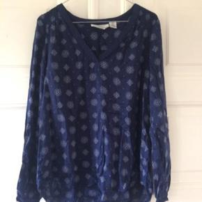 Blød mørkeblå bluse str. 40, men løst fit, så fleksibel i størrelsen :-)