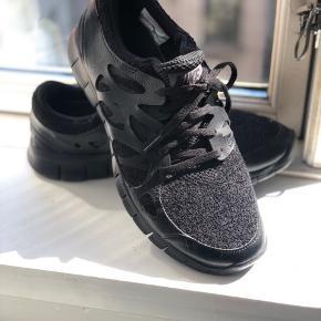 """Lækre sorte Nike Free.  De har været ude at gå en enkelt gang, men de passer ikke til mig, så nu står de bare og samler støv  Orginalæske haves, hvis denne ønskes. Nypris 1000,-  De er lidt små i størrelsen, som Nike jo er, de er str 42, men jeg bruger 41 i """"normale"""" sko og de passer mig i længden."""