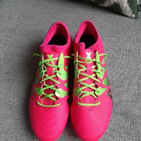 Næsten som nyde fede fodboldstøvler fra Adidas. Har kun været brugt 5 gange.  Kig endelig forbi mine andre annoncer.   Kan hentes på Amager eller sendes mod betaling