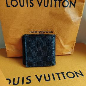 Louis Vuitton damier pung  -Nypris 3400kr tit udsolgt  -Rimelig stand med nogen slidmærker  -Plads til kort sedler osv