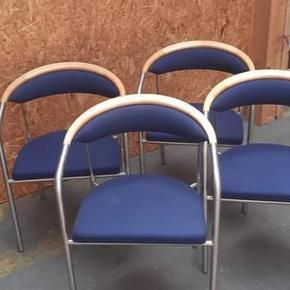 Sælger disse stole, samt dette natbord i tik træ  Bordet koster 3000 ogcstolene har en værdi af 9100 pr stk, bud modtages med kærlig hånd