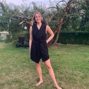 Flot og elegant kjole fra Zara. Kan bruges både som kort kjole eller til et par bukser som top eller blazer.