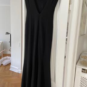 Smuk lang skræddersyet kjole med V-ryg. Nypris 6.000kr. Utrolig smuk på. Brugt enkelt gang. Fuldstændig som ny.