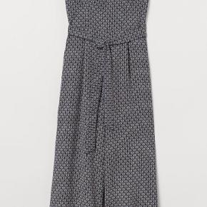 Super flot buksedragt fra H&M, den er størrelse 40, men den er lille I størrelse vil mene den passer 36-38 Der er tilhørende stropper med. Virkeligt lækkert materiale. Mener nypris var 399 kr