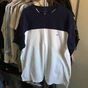 Vintage Hilfiger t-shirt. Oprindeligt en trøje til herre, men fitter oversize på pige i str. m