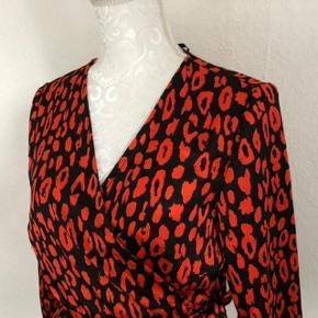 """Super udsalg.... Jeg har ryddet ud i klædeskabet og fundet en masse flotte ting som sælges billigt, finder du flere ting, giver jeg gerne et godt tilbud  * Flot ny bluse """"Wrap"""" model med bindebånd - aldrig brugt"""
