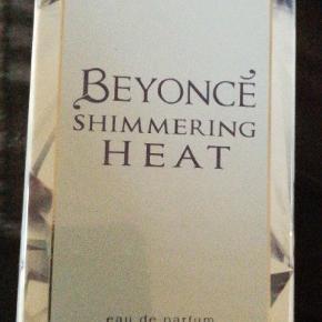 Helt nye Beyoncé Shimmering Heat 30 ml EDP. Er ægte og købt i dansk butik. NP 199 kr. NU 75 kr Se på billederne for mere information.
