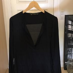 Fin Skjorte med dyb Hals fra ZARA, kan passes af en Str. M🌸 Fra ikke ryger hjem