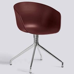AAC20 stol fra HAY  AAC20 stol i lakeret aluminium fra Hay. Den fine stol egner sig perfekt som spisebordsstol i hjemmet, men kan også nemt benyttes som en fin skrivebordsstol med dens drejebase. Stolen er en del af den alsidige møbelserie About.  Den skønne stol har et simpelt og elegant udtryk der gør sig godt i langt de fleste hjem, da dens lette design nemt kan kombineres med andre møbler.  Jeg har 2 stk af denne flotte model i bordeaux rød, de er helt nye og aldrig brugt. Nypris er 2.299,00 kr.