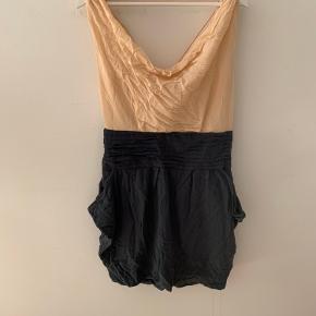Meget flot kjole. Trænger til en strygning. Sælges da den kun har været brugt 2 gange