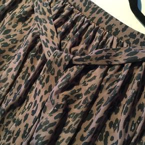 Lækker nederdel fra MSCHCopenhagen. Aldrig brugt - er stadig i butikkerne. Passer supergodt sammen med sweater ( se sidste billede)- de to ting er købt sammen. Rabat ved køb af begge. #30dayssellout