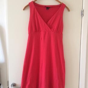 Sælger denne søde kjole fra H&M. Det er str. S og farven er lyserød. Længden på den er 89 cm. Er lavet af 95%cotton og 5%elastan. Er som ny, brugt få gange. Kommer fra et ikke ryger hjem. Afhentes i 2990 Nivå eller sendes mod betaling
