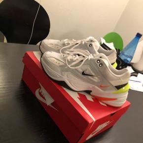 Jeg sælger de her fede Nike m2k tekno, for min kæreste. De var desværre ikke noget for ham alligevel, de er gået med 2 gange. Har original kasse til dem! Kan sendes, hvis der ikke er mulighed for at hente.