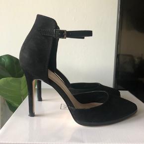 De er brugt 1 gang, det ses lidt på hælen, da materialet er imiteret ruskind, men ikke noget man ligger mærke til, da den har fået sort sværte.