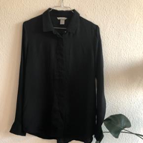Blød silke agtig skjorte fra H&M sælges!