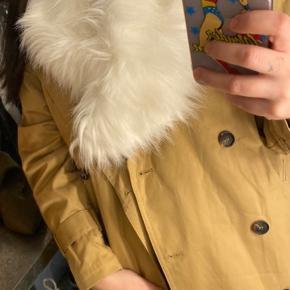 """Kunstig pelskrave. Kan """"lukkes"""" fast med lille elastik der sidder bagpå. Kan styles med alle former for jakker.  Har også en til salg i brun :)"""