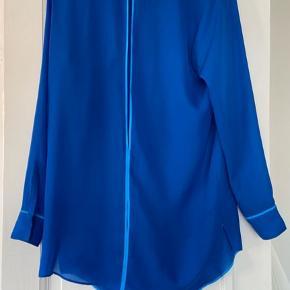 Smuk skjorte fra Acne. Den er virkelig flot i farven og har en åbning i ryggen. Der er en syning der er gået op, men kan nemt sys. Derfor billig pris.