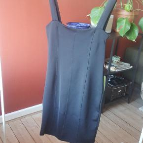 Flot kjole, som også fitter en str. 38. Er sådan  lidt shape-agtig (gør noget godt 😉). Firkantet udskæring for og bag.