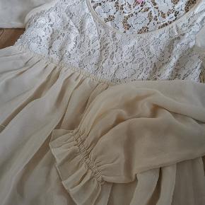 Hvid/cremefarvet kjoler med søde detaljer. Passer alt fra xs til m vil jeg mene