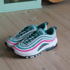 Lækre Nike Air Max 97 'South Beach'. Brugt et par måneder men passer rigtig godt på mine sko, så de står i 9/10 cond.