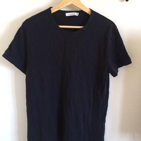 Samsøe Samsøe T-shirt i mørkeblå. Stor i størrelsen