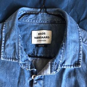 Klassisk denim skjorte, fra et klassisk mærke.  Den er i slim fit og kan både gå til M (lidt stort) og L.  Skriv hvis i har spørgsmål eller vil vide mere.