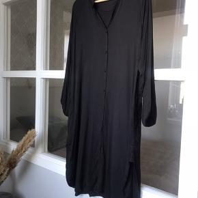 Viskose skjorte kjole fra MMM. I fin stand. Lomme og slids i begge sider. Str. 1, passer small og medium.  Køber betaler Porto og gebyr.